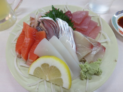 Personally, I wasn't quite confident in my seafood selection procedures, thus, I left it up to the professionals an opted for their best sashimi platter